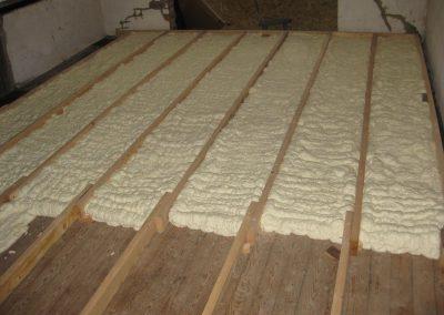 Vloerisolatie voor kleine oppervlaktes of reeds bewoonde panden. Bij het verspuiten van het isolatieschuim ontstaat geen verneveling. Perfect luchtdicht, optimale isolatie en barrière tegen ongedierte.